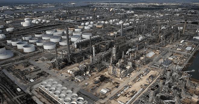 النفط يهبط متأثرا بزيادة مخزونات الوقود الأميركية