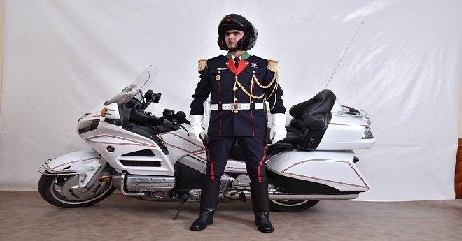 هذا هو الزي  الجديد الخاص بموظفي الشرطة العاملين في أمن القصور والإقامات الملكية