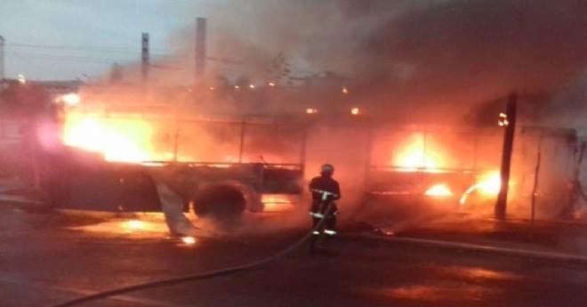 بالفيديو..  حادث سير خطير يؤدي إلى احتراق حافلة للنقل العمومي بالبيضاء