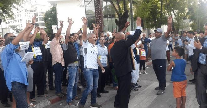 """وقفة احتجاجية أمام مقر """"البيجيدي"""" بفاس ضد """"حصيلة"""" العمدة الأزمي"""