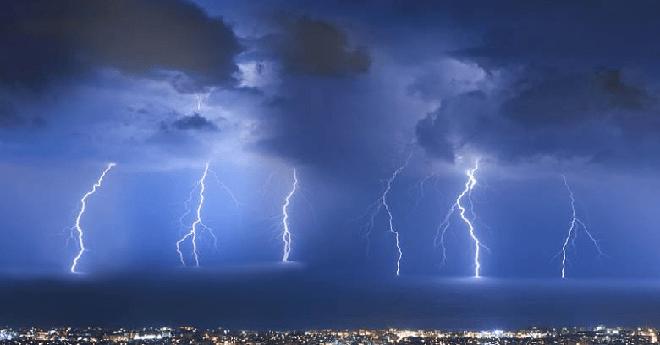 نشرة خاصة.. أمطار رعدية وعاصفية بهذه المناطق من المملكة