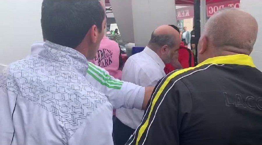 شاهد.. متظاهرون جزائريون يطردون وزيرا سابقا من مسيرة بفرنسا