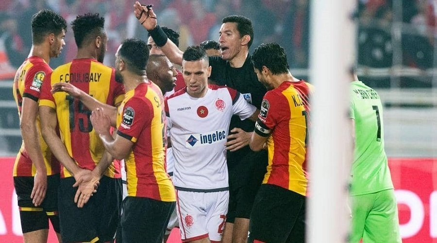 """""""الكاف"""" يرفع العقوبة عن حكم مباراة الوداد والترجي"""