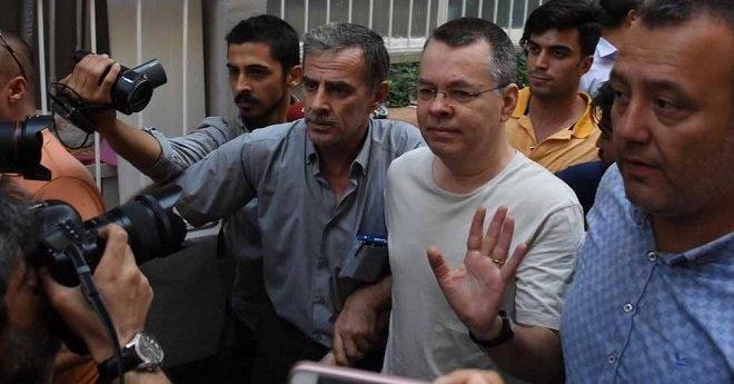 """تركيا تتحدى الإجراءات الأمريكية وترفض الإفراج عن القسّ """"برانسون"""""""
