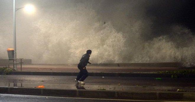 """""""ميني تسونامي"""" يهدد شواطئ الدار البيضاء"""
