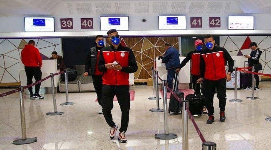 لاعبي الوداد يضعون الكمامات قبل التوجه لتونس
