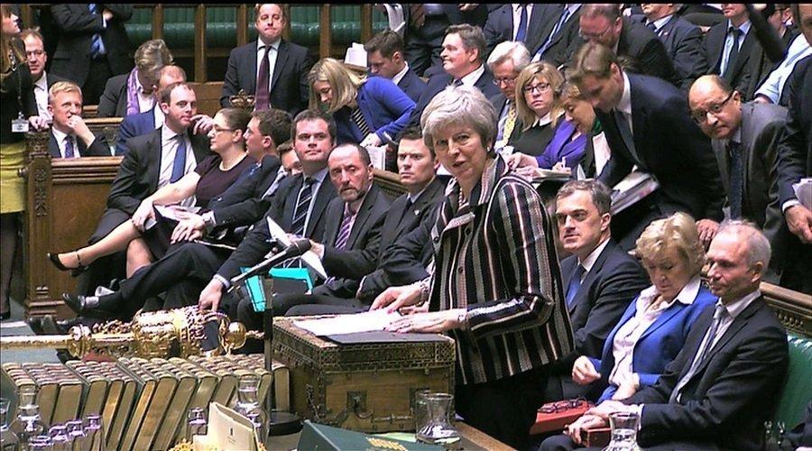 """البرلمان البريطاني يرفض """"بريكست"""" والمعارضة تريد حجب الثقة عن ماي"""