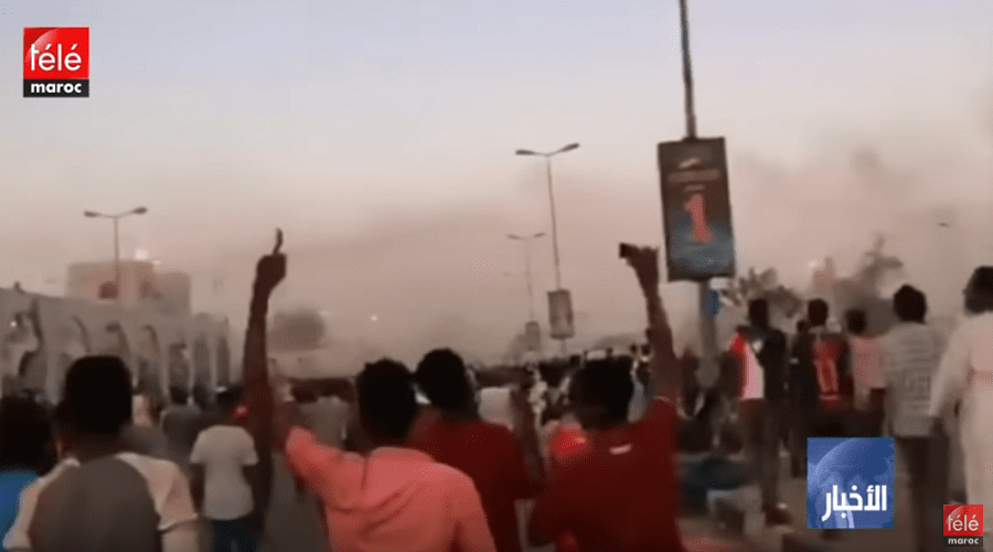 قوات الأمن تطلق الغاز المسيل للدموع على آلاف المتظاهرين المعارضين للحكومة