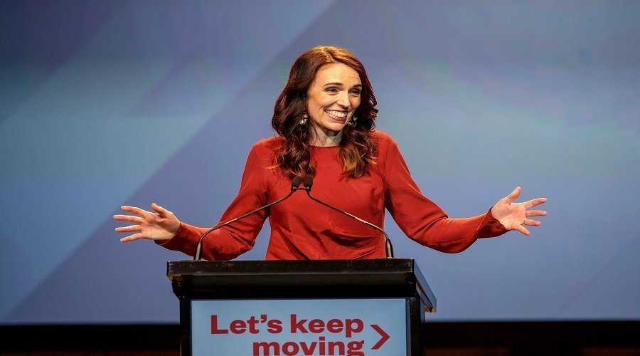 نجحت في القضاء على كورونا وإعادة إحياء اقتصاد البلاد والفوز بولاية ثانية على رأس نيوزيلندا