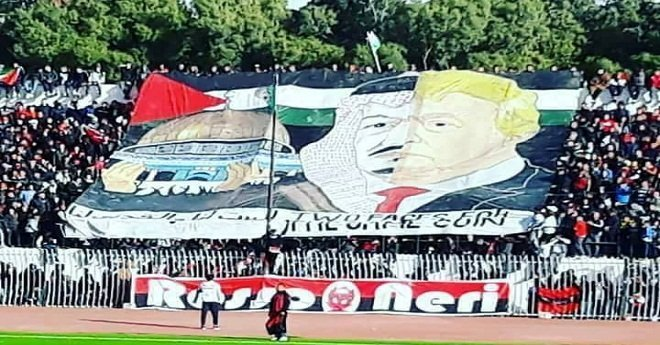"""بالصور: في مباراة لكرة القدم بالجزائر.. """"تيفو"""" مسيئ لملك السعودية"""