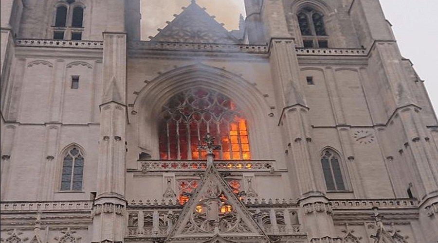 بالفيديو.. حريق ضخم بكاتدرائية تاريخية في فرنسا