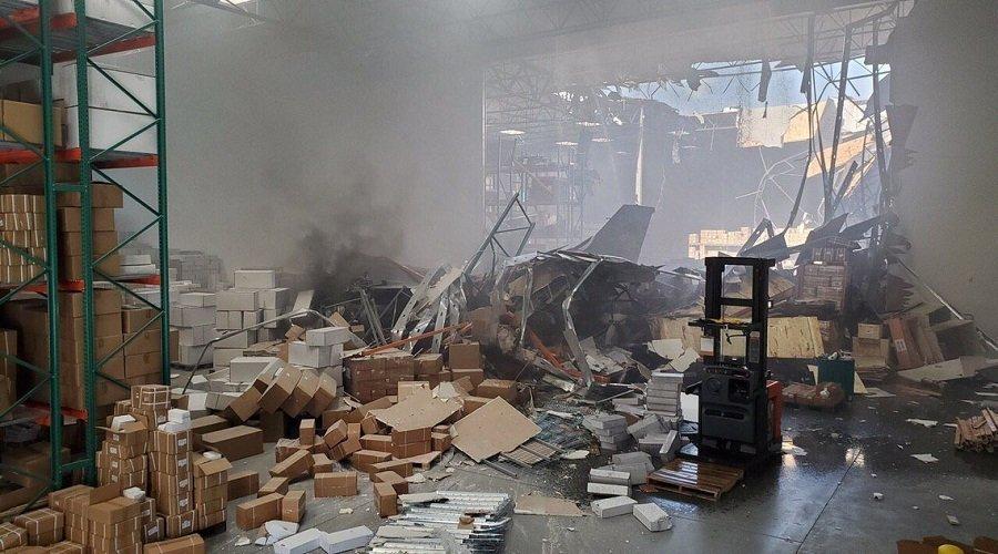 """بالفيديو.. سقوط مقاتلة """"إف-16"""" أميركية فوق مبنى بولاية كاليفورنيا"""
