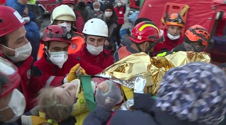 بالفيديو.. إنقاذ طفلتين من تحت الأنقاض بعد 3 أيام من زلزال تركيا
