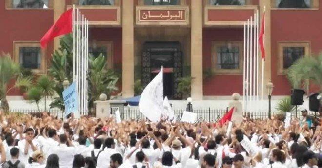 """الأطباء وطلبة الطب يعودون  للشارع في مسيرة """"الكرامة"""" احتجاجا على أوضاع القطاع"""