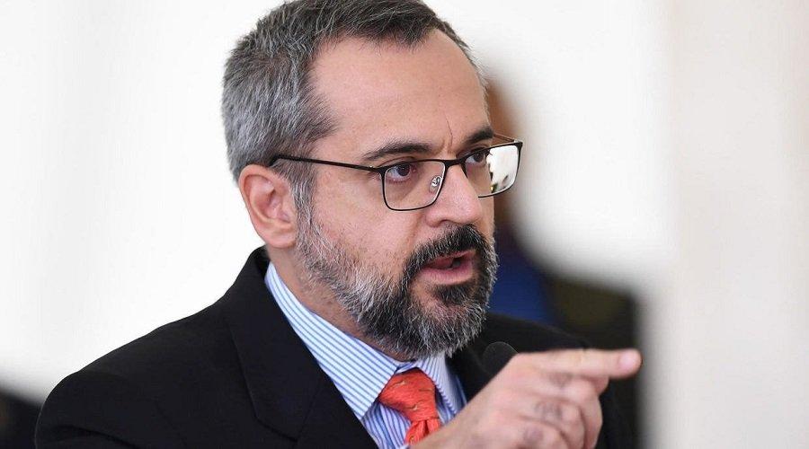 وزير برازيلي يتهم الصين بنشر كورونا للسيطرة على العالم