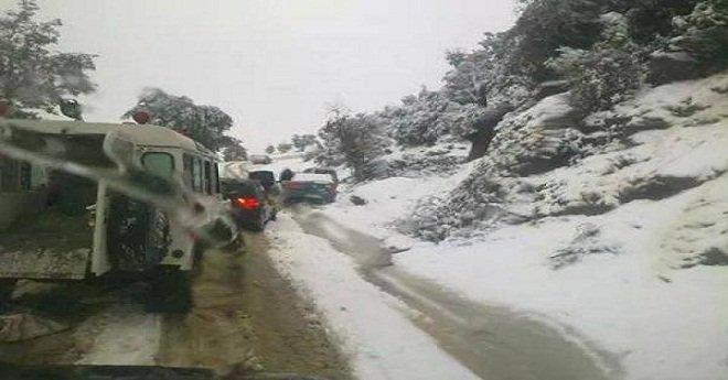 قطع أزيد من 50 طريقا بالمملكة بسبب الأمطار والثلوج