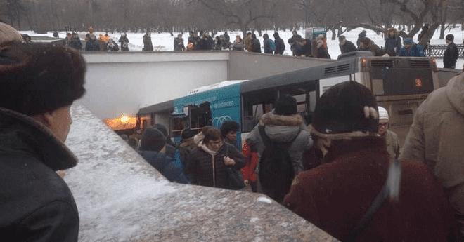 فيديو.. شاهد لحظة دهس حافلة لمدنيين بالعاصمة الروسية موسكو