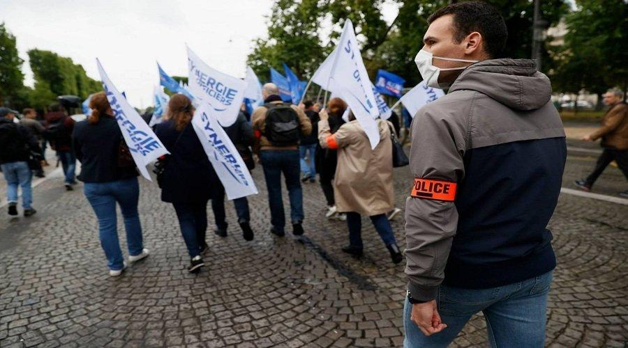 الشرطة الفرنسية تتظاهر بالشانزليزيه وتطالب وزير الداخلية بالاستقالة