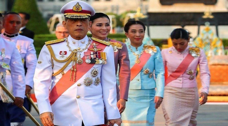 ملك تايلاند يعزل نفسه في منتجع ألماني رفقة 20 امرأة