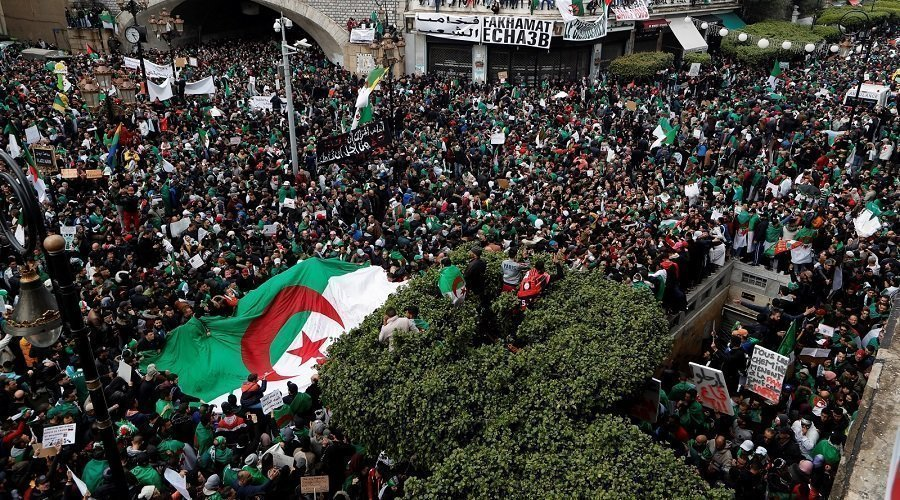 آلاف يتظاهرون بالجزائر مطالبين برحيل باقي النخبة الحاكمة قبل الإنتخابات
