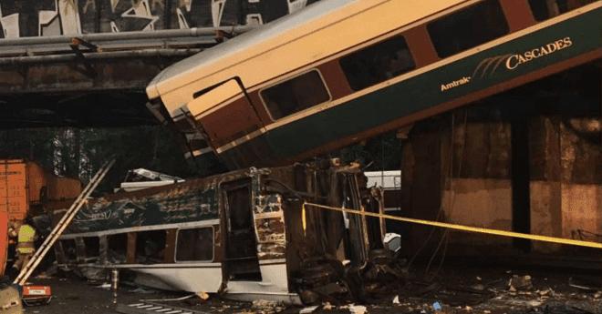 بالصور.. قتلى بسقوط قطار من فوق جسر بولاية واشنطن