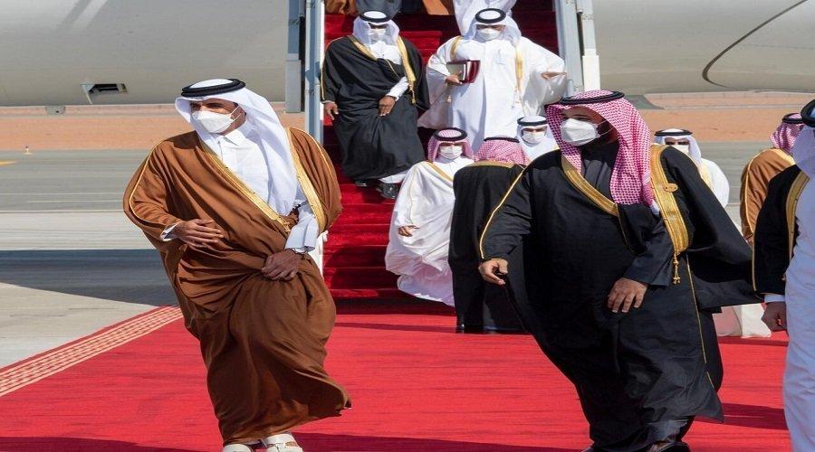 ولي العهد السعودي يستقبل أمير قطر بالعناق في مطار العلا