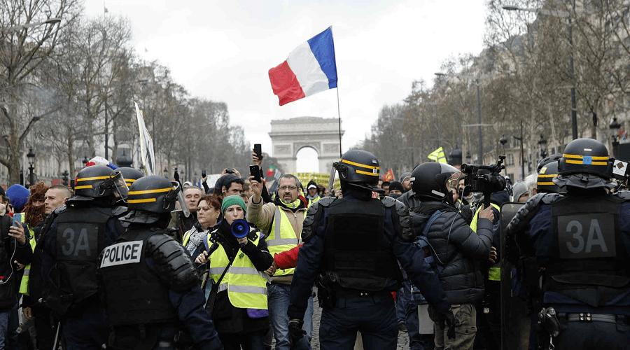"""اعتقال محتجين من """"السترات الصفراء"""" وشاب يفقد يده في الاشتباكات"""