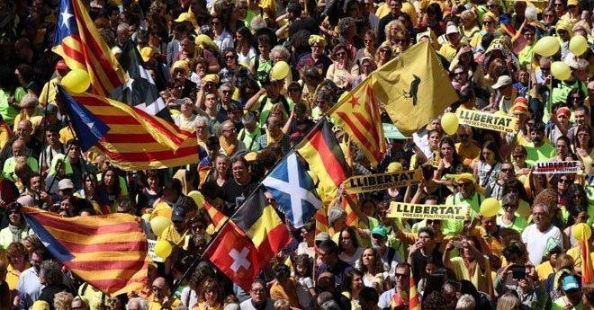 فيديو .. مظاهرات في مدينة برشلونة دعما لزعماء انفصاليين مسجونين