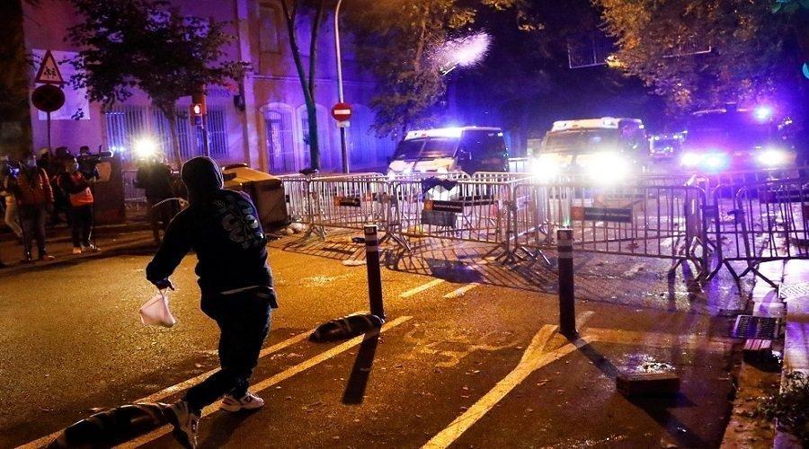 اشتباكات بين الشرطة الإسبانية ومحتجين ضد قيود كورونا في برشلونة