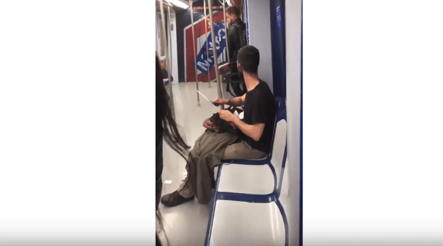 بعد مجزرة نيوزلند.. راكب يشحذ سكينا كبير الحجم يثير الهلع في مترو مدريد (فيديو)