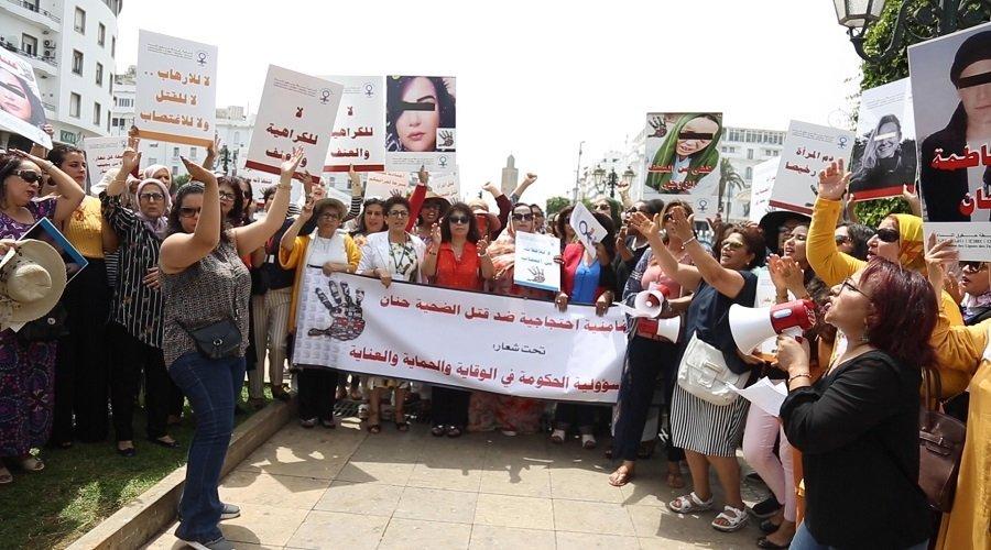 بالصور.. أصوات النساء تتعالى أمام البرلمان طلبا للحماية من الاغتصاب والقتل