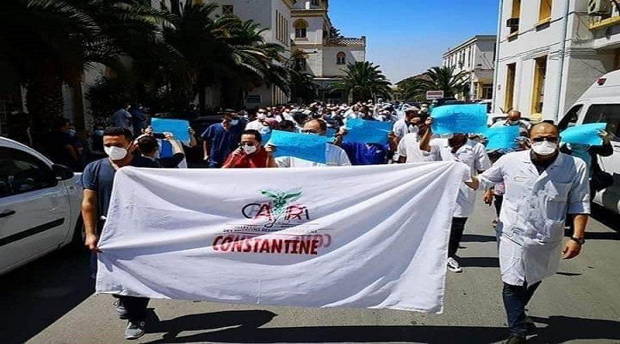 نقص الأكسجين وظروف العمل المزرية تخرج أطباء بالجزائر للاحتجاج