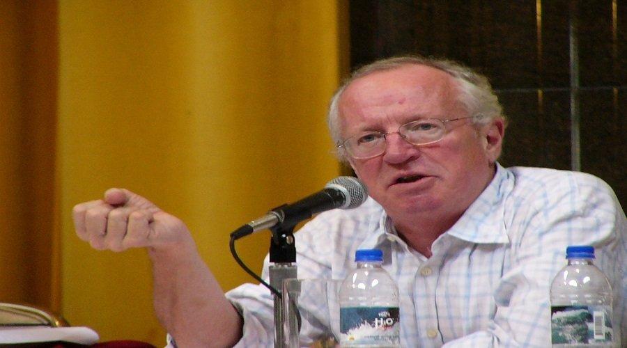ماذا تعرف عن روبرت فيسك.. الكاتب الذي كشف خبايا الصراع على السلطة في العالم العربي