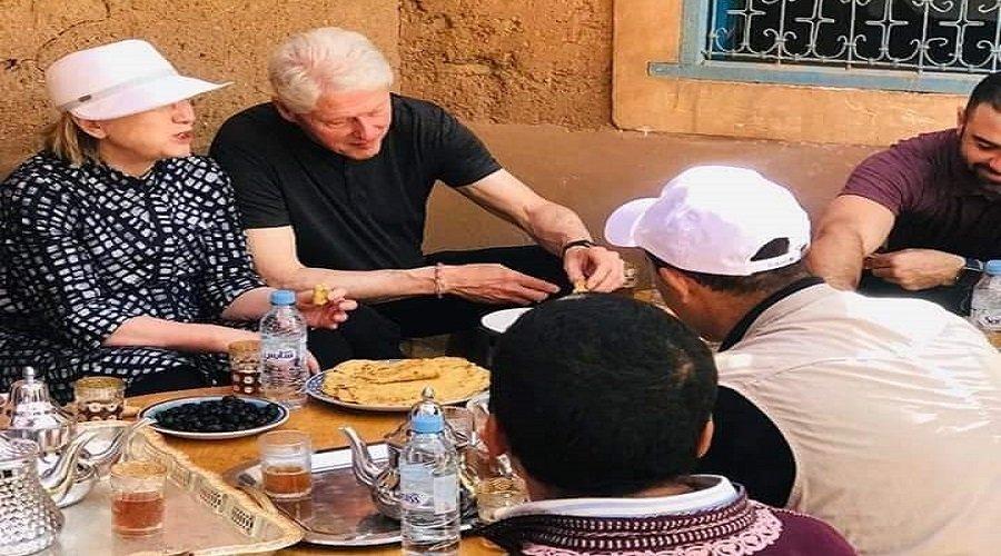 بيل وهيلاري كلينتون يأكلان الملاوي ويشربان الشاي بضواحي مراكش