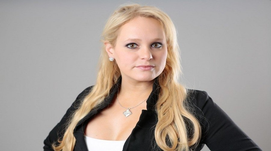عارضة أزياء سابقة تورّط رئيس الوزراء في قضية فساد - تيلي ماروك