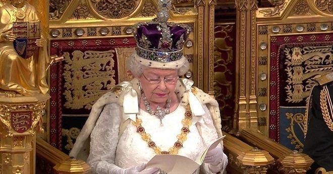 ملكة بريطانيا تشكو من ثقل تاجها الذي كاد يكسر عنقها