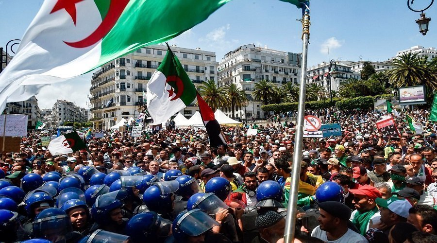 احتجاجات جديدة في الجزائر والشرطة تستخدم الغاز المسيل للدموع