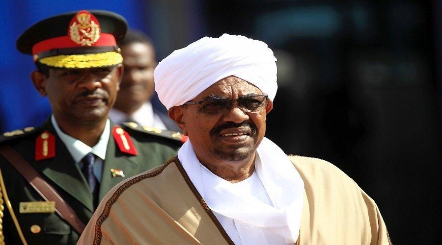وضع الرئيس السوداني تحت الإقامة الجبرية واعتقال قيادات الحزب الحاكم