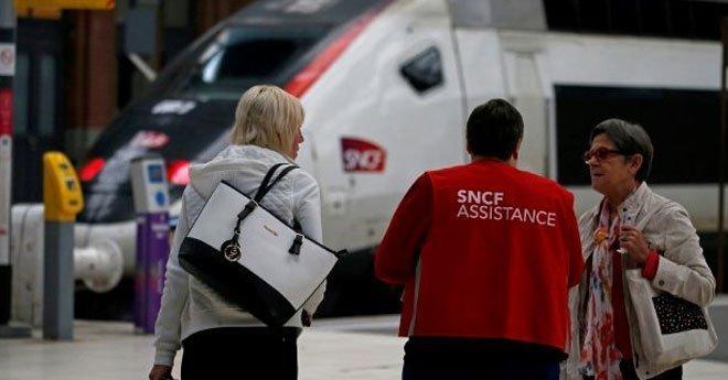 فيديو ..فوضى في القطارات مجددا مع احتدام الأزمة بين العمال وماكرون
