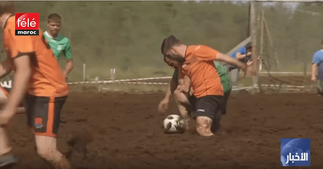 كرة القدم المستنقعات .. لعبة مضحكة تستهوي عددا من الشباب
