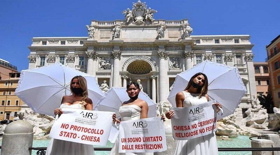 عرائس ايطاليا يتظاهرن بفساتين الزفاف احتجاجا على استمرار إغلاق صالات الأعراس