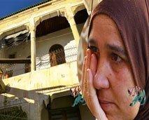 صادم.. شاهد معاناة أسرة تحت سقف منزل آيل للسقوط