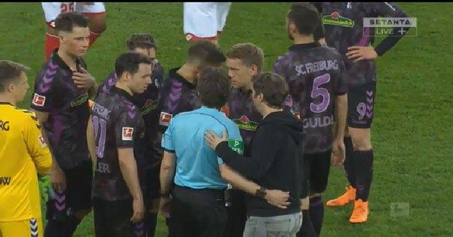 حكم فيديو يعيد اللاعبين من غرف الملابس لتنفيذ ركلة جزاء