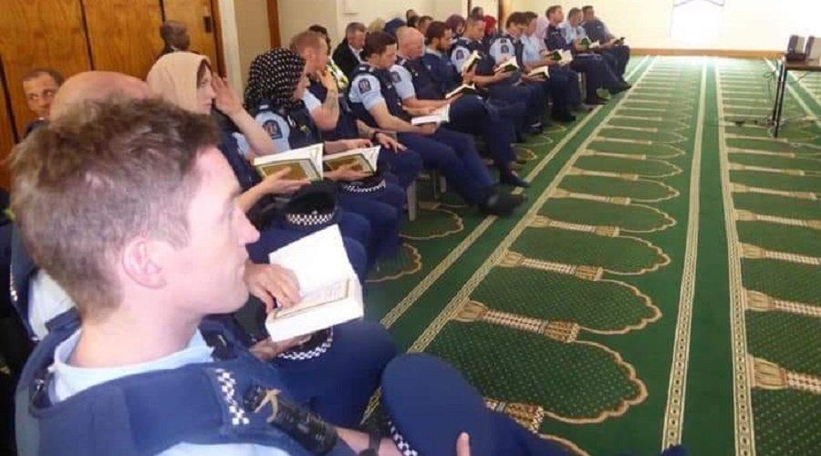 """عناصر من الشرطة النيوزيلندية يأخذون دروسا عن الإسلام في مكان """"المجزرة"""""""
