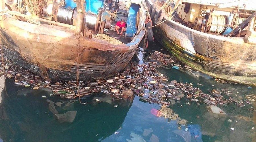 كارثة بيئية بميناء آسفي... نفايات صناعية وسفن ترسو وسط برك ملوثة