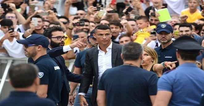 بالصور.. رونالدو يصل إلى تورينو لإجراء الفحوصات الطبية قبل التقديم الرسمي