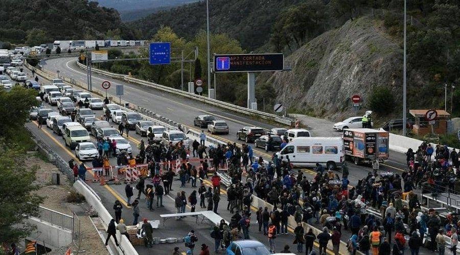 انفصاليون كتلان يغلقون نقطة حدودية مع فرنسا