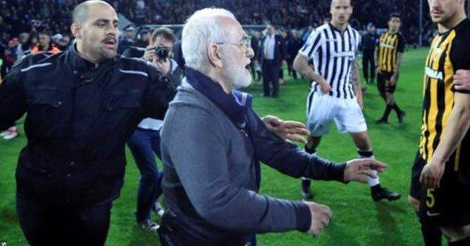 صور.. رئيس ناد لكرة القدم  ينزل أرضية الملعب بمسدس