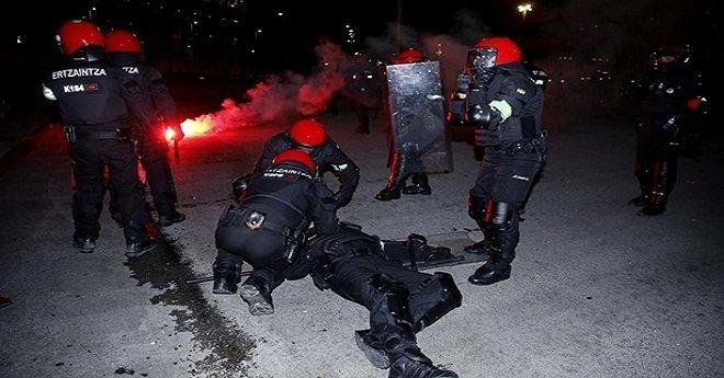 مقتل شرطي إسباني في اشتباكات بين جماهير كرة القدم – فيديو