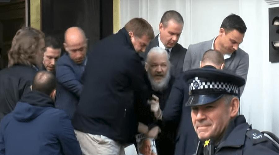 بالفيديو.. الشرطة البريطانية تعتقل مؤسس موقع ويكيليكس جوليان أسانج